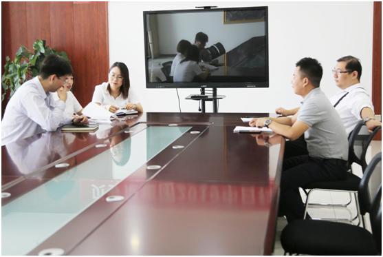 集团精准医疗研发中心的成员为申报该项目展开热切讨论