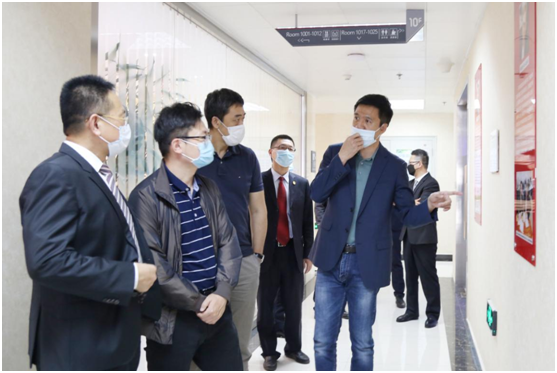 贝罗尼集团董事局主席张伯清先生向北控健康郑铎先生一行介绍集团国际化科研团队